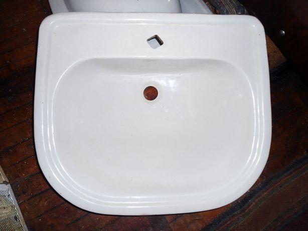 Умывальник белый, керамика, 55,5х48 см с отверстием под кран по центру