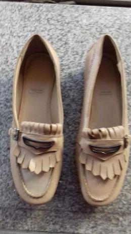 Sapatos em pele novos