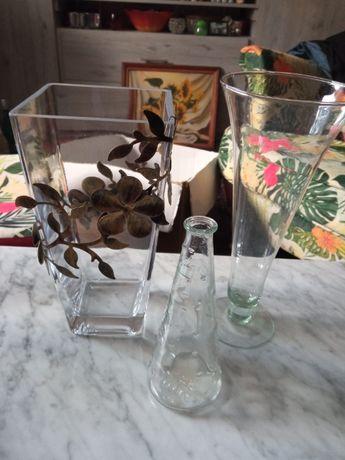 Trzy szklane wazony