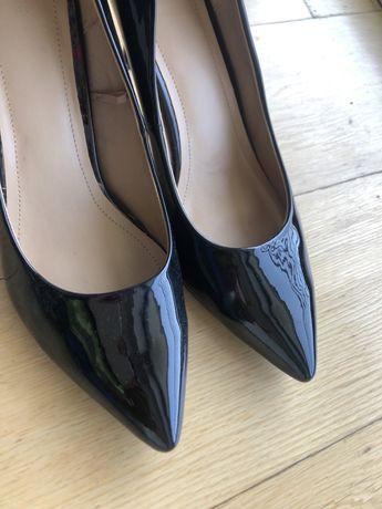 Sapatos de salto medio, pretos envernizados.