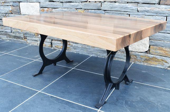 Mesa em madeira de nogueira maciça.