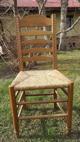 trzy krzesła drewniane z siedziskiem z trzciny