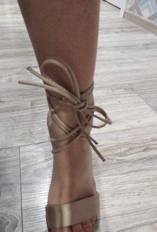 Sandały na słupku wiązane rzemyki