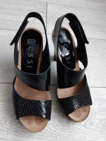 Czarne skórzane sandały na słupku NESSI