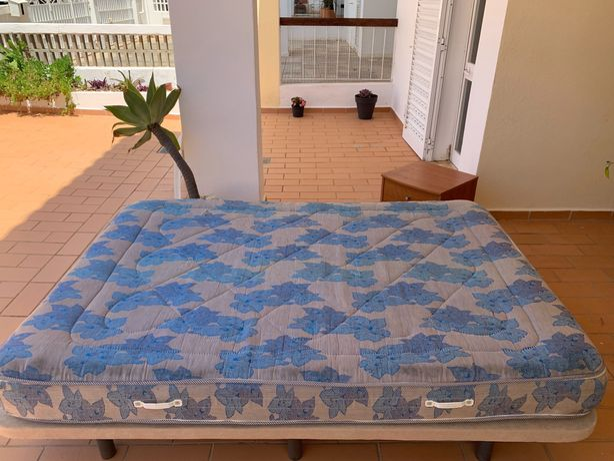 Cama (colchão e estrado) mais mesa de cabeceira