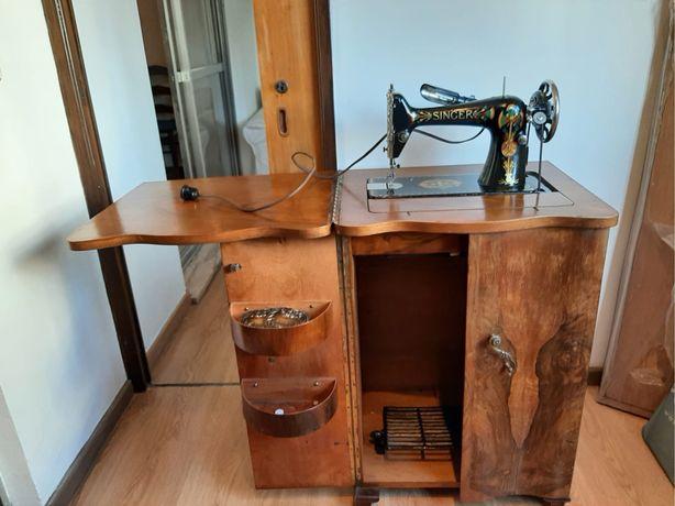 Móvel com máquina de costura Singer