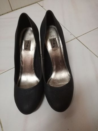 Sapatos pretos de salto