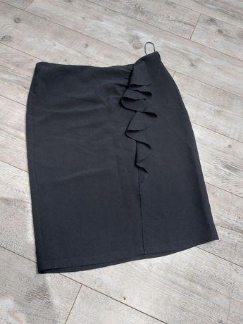 Czarna spódnica midi z falbankami