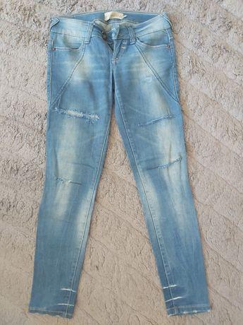Bershka jeansowe spodnie biodrówki przetarcia 36 S