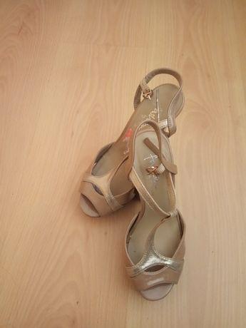 Sapatos beje de salto alto