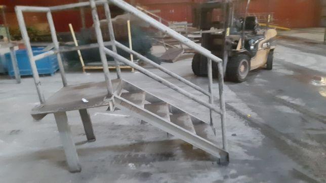 Escada em ferro com corrimão
