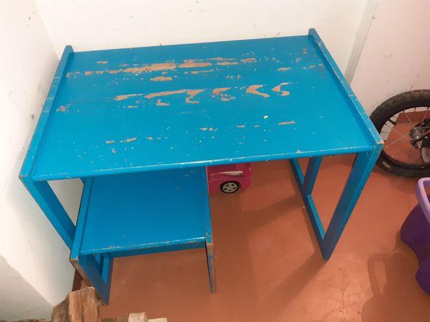 Mesa e cadeira para restaurar material  bom