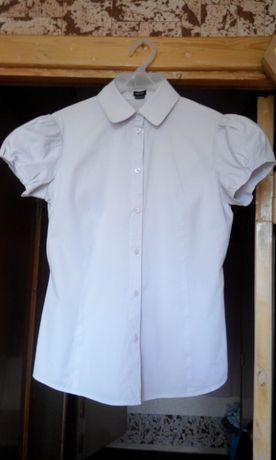 Блузка однотонная, нежная, с коротким рукавом.