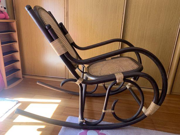 /!\ SALDOS /!\ Bonita e exótica cadeira de baloiço em rattan e verga.