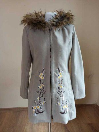 Płaszcz na podszewce z kapturem i pięknym haftem r. 38, M