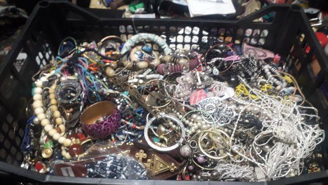 Grande  lote  de  bijuterias