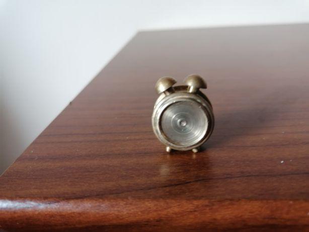 Miniaturowy, mosiężny budzik z dwoma dzwonkami