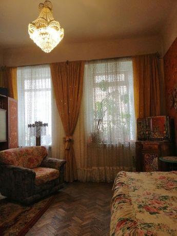 Продається двохкімнатна квартира по вул. Кирила і Мифодія