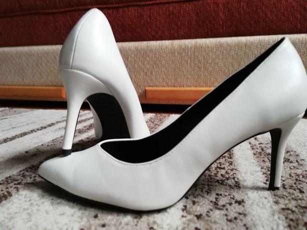 BERSHKA białe czółenka na obcasie, szpilki buty 41
