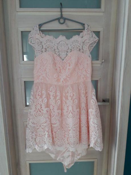 sukienka chi chi london, różowa z paskiem oraz płaszczyk