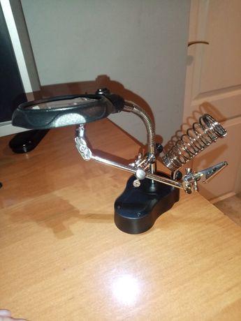 Lupa z lampką i chwytakami
