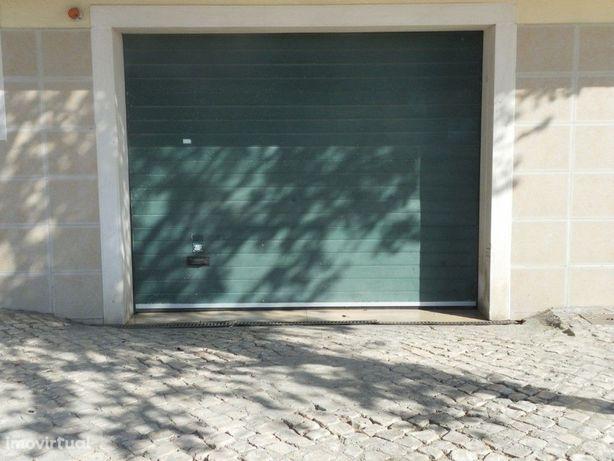 Garagem Box fechada em Prédio 20m2, situada junto à Unive...