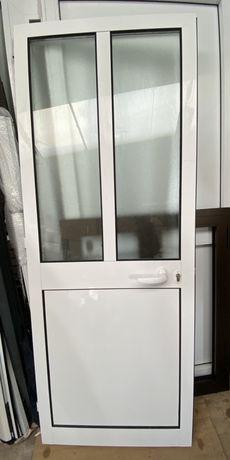 Porta de abrir c/ chapa lisa e vidro simples (Nova à medida)