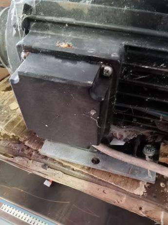 2 Motores trifásicos proveniente de elevador de oficina automóvel.