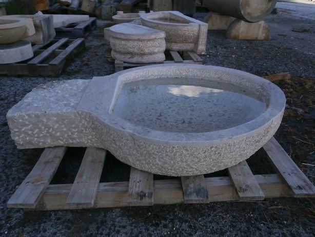 pia oval de água benta em Lioz. peça grande