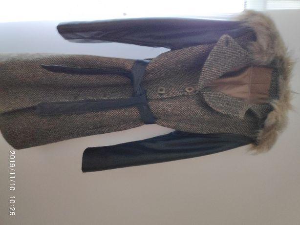 długi płaszcz z czarnym paskiem, rękawy czarne imitacja skóry