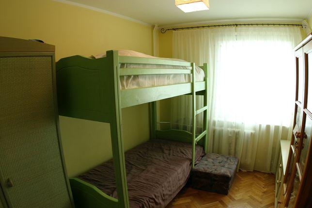 Łóżko piętrowe i szafa ratanowa