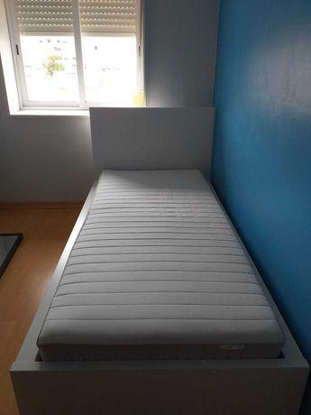 Cama individual com colchão (móveis do Ikea) + 2 mesas de cabeceira