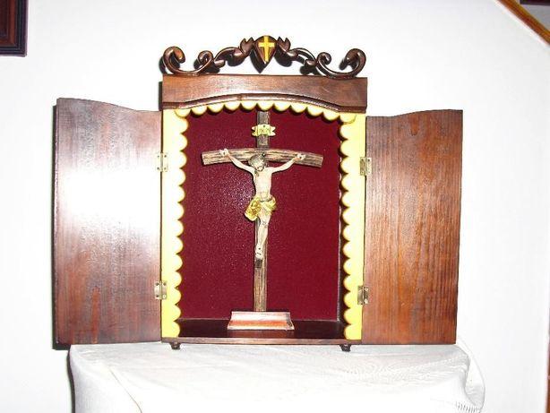 Oratório em madeira feito artesanalmente c/ Cristo na cruz