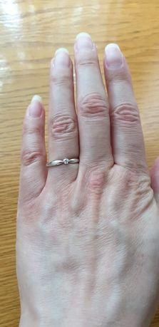Золотое кольцо с бриллиантом белое золото
