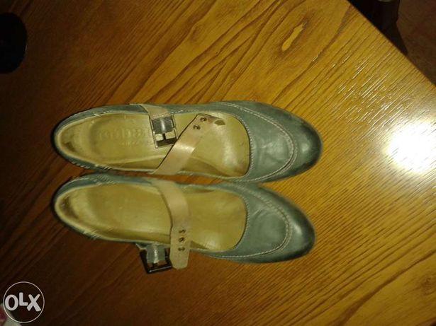"""Sapatos da marca """"Cubanas"""""""