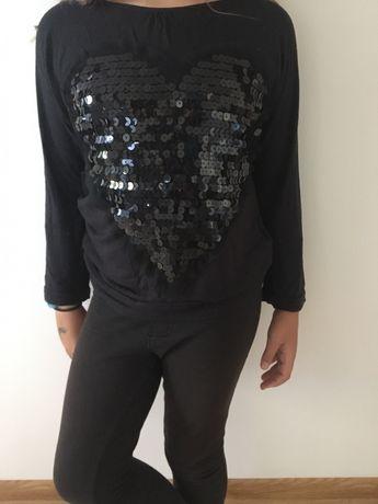 Czarna bluzka z sercem z cekinów