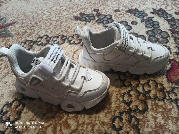 Продам белые кроссовки