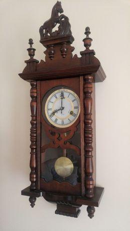 Zegar ścienny drewniany z koniem retro