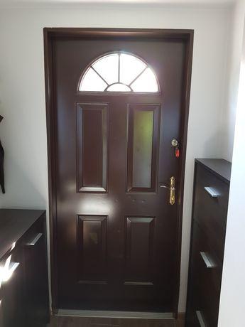 Drzwi wejściowe zewnętrzne metalowe brązowe okno klamki