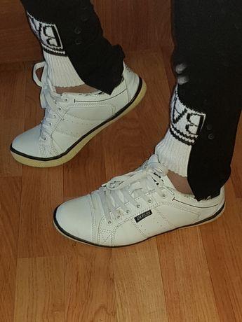 Buty sportowe na  płaskiej podeszwie