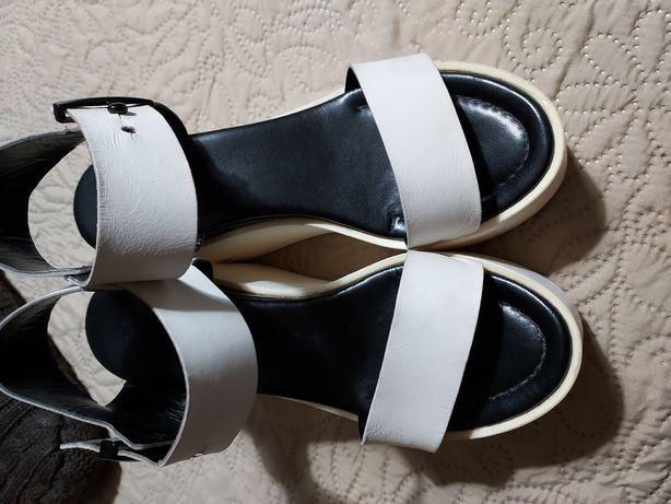 Sandalia branca com preto