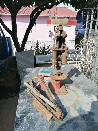Máquina de calibrar e carregar cartuchos