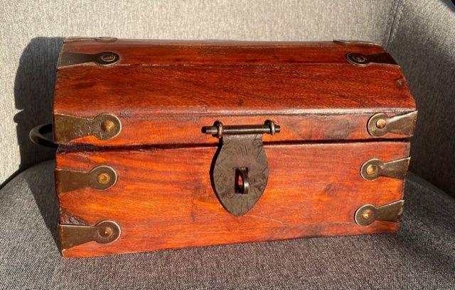 Skrzynka kuferek lite drewno egzotyczne z okuciami Almi Decor