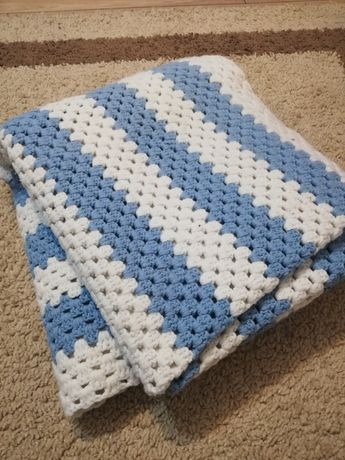 Kapa narzuta na łóżko biało niebieska