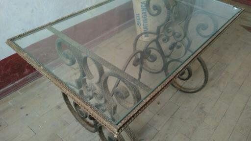 Mesa em ferro forjado com tampo de vidro