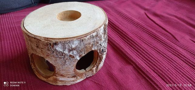 Drewniany domek dla chomika.