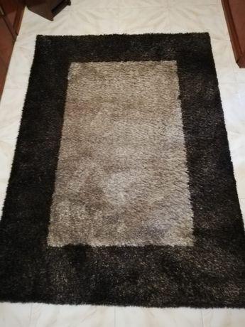 Carpete bege  rebordos em castanho medidas 2m x 1,45m com pelo médio