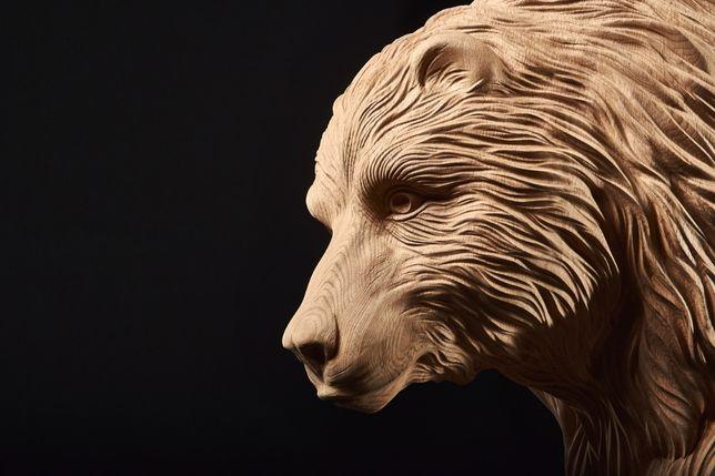 Rzeźba niedźwiedzia na drewnianych schodach Rzeźbione tralki