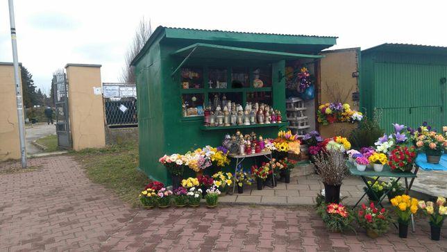 Kiosk handlowy przy wejściu na Cmentarz Kule. Budka pawilon