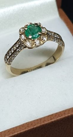 Złoty pierścionek ze szmaragdem i diamentami